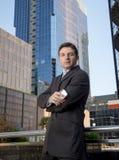 Do retrato incorporado do homem de negócios prédios de escritórios urbanos atrativos fora Fotos de Stock