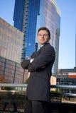 Do retrato incorporado do homem de negócios prédios de escritórios urbanos atrativos fora Foto de Stock Royalty Free