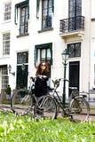 Do revestimento velho do preto do sity da cidade da rua da bicicleta do vintage do estacionamento da menina da mulher o cabelo en foto de stock