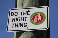 Do the right thing. Sign to discourage littering on wood post Stock Image