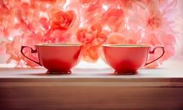 Do rosa vermelho de duas fundo floral xícaras de chá imagem de stock royalty free