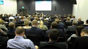 Do seminário da conferência da reunião do escritório executivos do conceito do treinamento Escuta o discurso sobre o mercado e filme