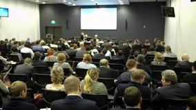 Do seminário da conferência da reunião do escritório executivos do conceito do treinamento Escuta o discurso sobre o mercado e video estoque