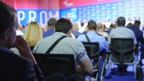 Do seminário executivos da reunião da conferência Homens no fórum para resolver introduções econômicas de nosso tempo Salão está  vídeos de arquivo