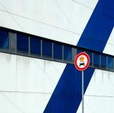` Do sinal de rua nenhum material inflamável no ` do carro Fotos de Stock