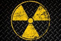 Do sinal fundo preto radioativo amarelo sobre fotografia de stock royalty free