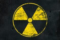 Do sinal fundo preto radioativo amarelo sobre fotos de stock royalty free