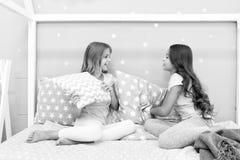 Do sleepover feliz dos melhores amigos das meninas partido doméstico Tempo do Sleepover para a história da bisbolhetice do divert fotos de stock