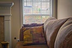 Do sofá cortinas abertas confortáveis acolhedores próximo Fotografia de Stock