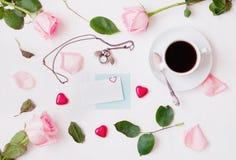 Do St de Valentim do dia vida ainda - a xícara de café, rosas do pêssego, cartão vazio, coruja deu forma ao pulso de disparo, doc Imagem de Stock Royalty Free