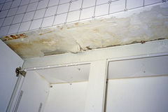 Do telhado do escape da água dos funcionamentos parede da cozinha para baixo Imagem de Stock Royalty Free