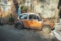 Do tom clássico velho do sepia do marrom do carro do vintage de Fiat fundo quebrado concreto velho do tijolo intemporal foto de stock