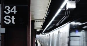 Do trem subterrâneo do MTA do metro de NYC a estação de chegada New York comuta foto de stock
