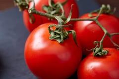 Do vegetariano vida ainda com os tomates, pimento e sal frescos da uva na colher de madeira no fundo de madeira, foco seletivo Imagens de Stock Royalty Free