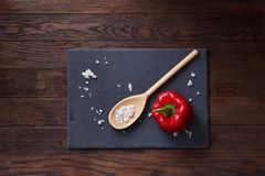 Do vegetariano vida ainda com os tomates, pimento e sal frescos da uva na colher de madeira no fundo de madeira, foco seletivo Fotos de Stock