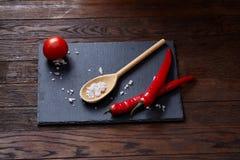 Do vegetariano vida ainda com os tomates, pimento e sal frescos da uva na colher de madeira no fundo de madeira, foco seletivo Fotos de Stock Royalty Free