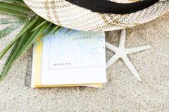 Do verão vida ainda do cartão, dos chapéus e dos vidros de Sun Imagem de Stock