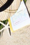 Do verão vida ainda do cartão, dos chapéus e dos vidros de Sun Fotografia de Stock