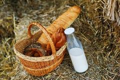 Do verão vida ainda com pão e leite fora Imagens de Stock Royalty Free