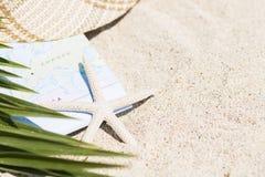 Do verão vida ainda do mapa, dos chapéus e dos vidros de Sun Imagens de Stock Royalty Free