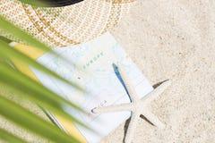 Do verão vida ainda do mapa, dos chapéus e dos vidros de Sun Imagens de Stock