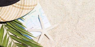 Do verão vida ainda do mapa, dos chapéus e dos vidros de Sun Imagem de Stock
