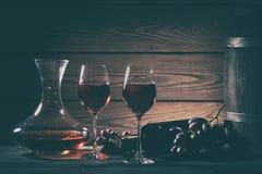 Do vinho vida ainda com vinho tinto nos vidros e nas uvas Fotos de Stock Royalty Free
