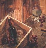 Do vinho vida ainda no interior de madeira Imagens de Stock