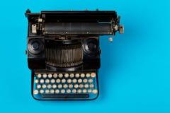 Do vintage da máquina de escrever da parte superior tiro flatlay para baixo de cima de ciano imagem de stock