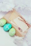 Do vintage da Páscoa vida ainda com ovos pintados, caixas de presente empacotadas dentro no papel de embalagem e o coelho branco  Foto de Stock