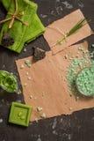 Do vintage dos termas vida verde ainda com sabão feito a mão Criticar severamente a configuração, vista superior Cartão no papel  Imagens de Stock