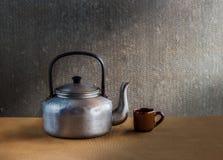 Do vintage vida ainda com a chaleira no backgro de madeira Foto de Stock