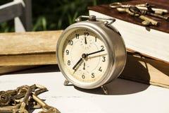 Do vintage vida ainda com despertador velho, chaves e livros Imagem de Stock