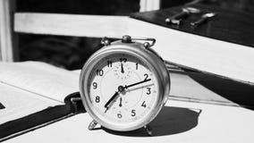 Do vintage vida ainda com despertador velho, chaves e livros Fotos de Stock