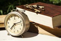 Do vintage vida ainda com despertador velho, chaves e livros Foto de Stock Royalty Free