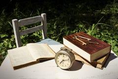 Do vintage vida ainda com despertador velho, chaves e livros Fotografia de Stock Royalty Free