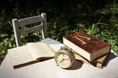 Do vintage vida ainda com despertador velho, chaves e livros Imagem de Stock Royalty Free
