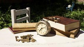 Do vintage vida ainda com despertador velho, chaves e livros Imagens de Stock Royalty Free