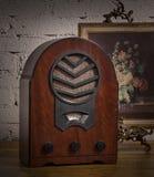 Do vintage vida ainda de um rádio de madeira análogo velho e de um franco dourado imagens de stock royalty free