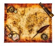 Do vintage vida ainda. Mapa do mundo antigo isolado no branco. Foto de Stock Royalty Free