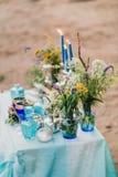 Do vintage vida ainda: Tabela decorada do desenhista com o vaso das flores e da decoração na turquesa e no estilo azul Composição Imagem de Stock Royalty Free