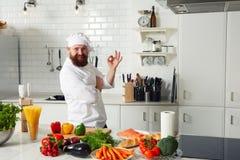 Doświadczony szef kuchni robi OK szyldowej pozyci na kuchni Obraz Stock