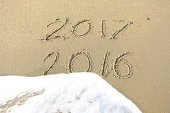 Do widzenia 2016 2017 cześć inskrypcja pisać w plażowym piasku Obrazy Royalty Free