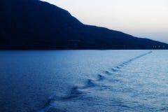 Do widzenia, pożegnanie, Żegluje Pływać statkiem Zdala od gruntowej wyspy przy jutrzenkowym półmrokiem Zdjęcia Stock