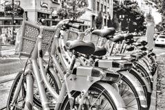 Do wynajÄ™cia bicykle na ruchliwie miastowej ulicie obraz royalty free