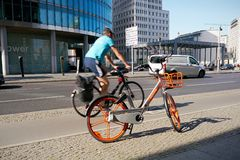 Do wynajęcia rower na Potsdamer Platz w Berlin zdjęcie stock