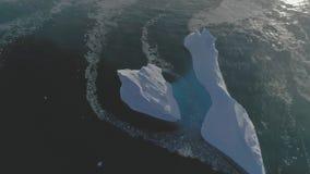 Do zangão aberto da água do oceano do flutuador do iceberg opinião aérea vídeos de arquivo