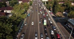 Do zangão do voo da parte superior opinião aérea para baixo da estrada ocupada do doce do trânsito intenso das horas de ponta da  video estoque