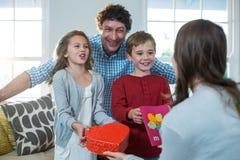 Doação das crianças atual a sua mãe imagem de stock