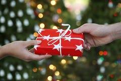 Doação do presente de feriado Imagem de Stock Royalty Free